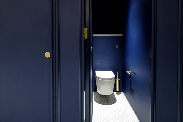 Dark blue Alto cubicles at 155 Bishopsgate