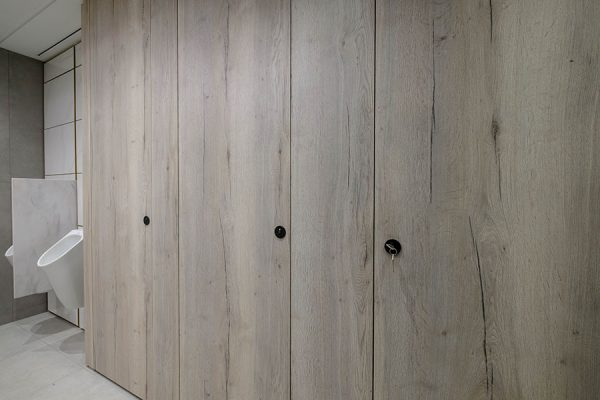 Alto Laminate full height cubicles in distressed pale oak finish - Dashwood House, London
